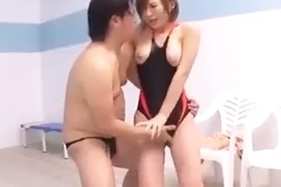 ピッチピチの競泳水着で締め付けられたマ●コを刺激し続けて足をガクガクさせながらイカされる巨乳ギャル