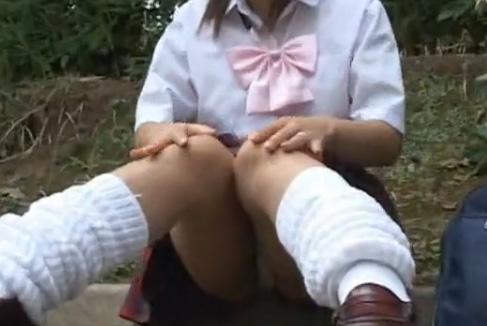【ギャル女子校生盗撮】ルーズソックスの素人女子校生のパンツを超ズームで盗撮w純白パンティーにルーズの組み合わせがエロずぎる