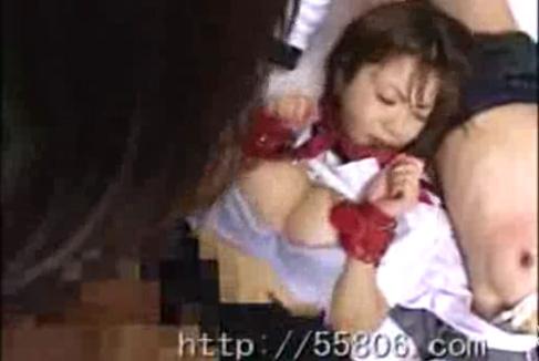 ルーズソックス&セーラー服の女子校生達を教室に監禁!マットの上で激しくレイプ!