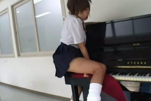 日焼け肌にルーズがエロイ女子校生が音楽室でピアノの角にこすりつけオナニー