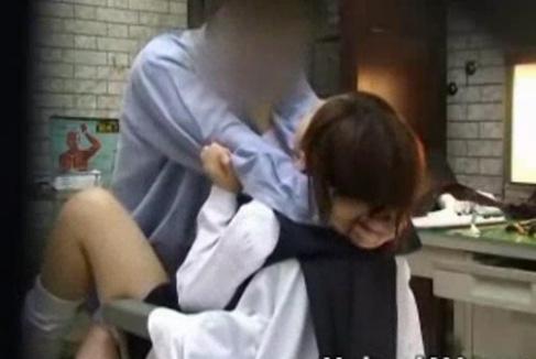 ルーズソックスの制服女子校生ばかりを狙う悪徳医師のレイプ現場映像が流出!