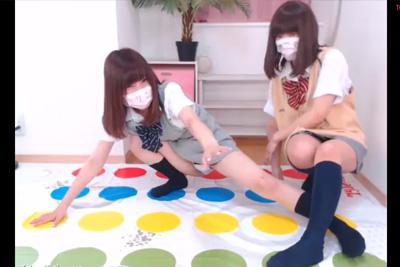 《ライブチャット》女子校生二人制服でツイスターゲームをした結果・・・ww