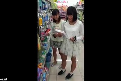 《盗撮》100均で見つけた女子校生ちゃん、友達と二人仲良くパンツを逆さ撮りされるww