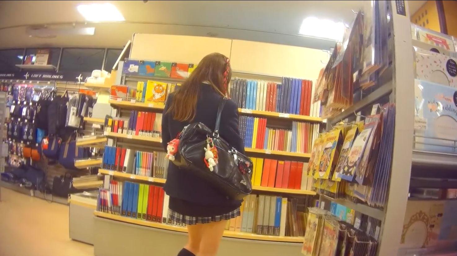 《女子校生リアル動画パンティ逆さ盗撮》『サテン生地ホワイトパンティ』ちょいGALミニスカ制服JKのパンツを撮影♪