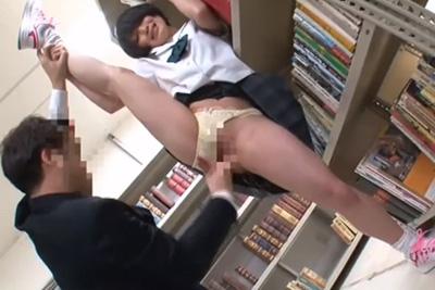 軟体ロリカワ少女を図書館レイプ!高速手マンにY字バランス大量潮吹き床びちゃびちゃwww