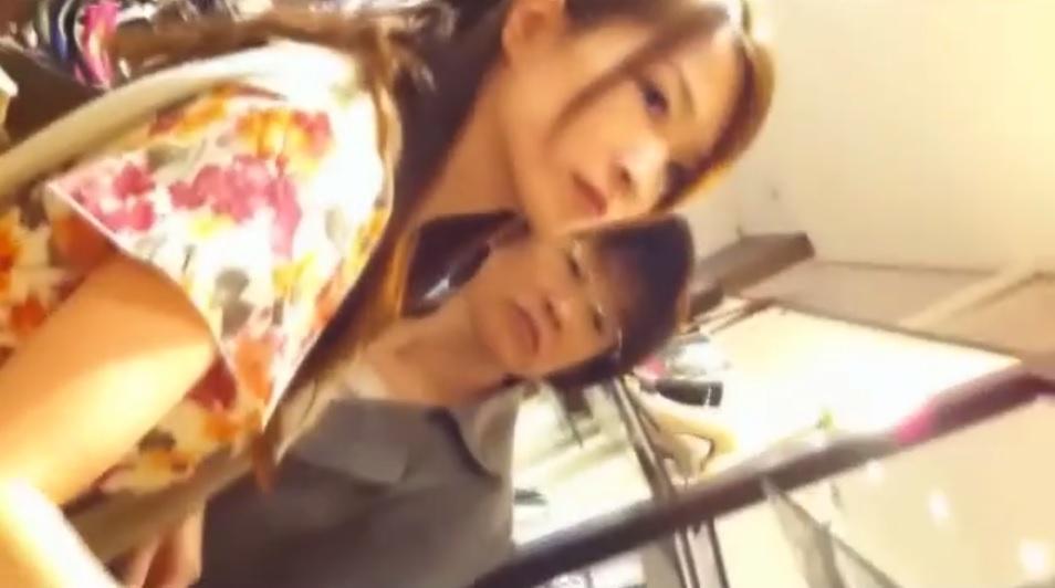 接客中の美人店員の胸チラ&お買い物中の美女のパンチラ逆さ撮り