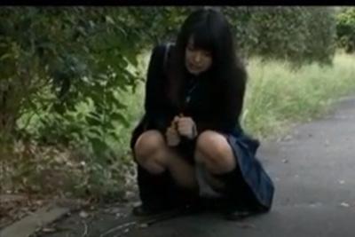 膀胱破裂寸前!トイレどころか茂みまで我慢できずに道路で放尿!普通に通行人通るwww