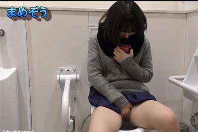 スマホ見ながらマ●コ触ってる…?女子校生のおしっこ見たくてトイレ盗撮したらもっとやばいものが撮れてしまった神映像
