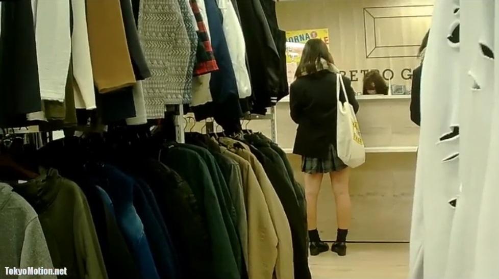 《パンティ逆さ盗撮》【制服女子校生】お買い物中のJKのパンティを逆さ撮り♪