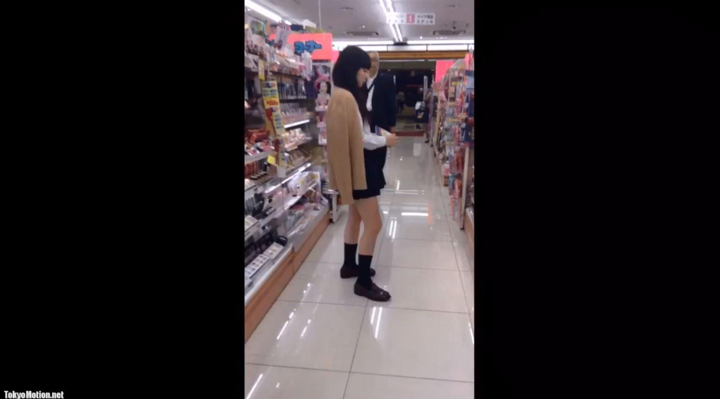 《女子校生リアル動画パンティ逆さ盗撮》JKがしゃがんだ時、すかさず後ろからパンティ撮影