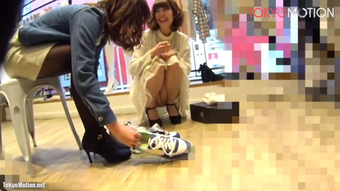 《ショップ店員 パンチラ盗撮》笑顔で接客してるけどパンツ見えてるよ
