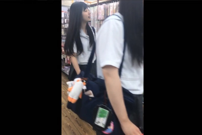 《盗撮》100均で見つけた女子校生店出た後もずっと粘着ストーキングパンツ逆さ撮りww