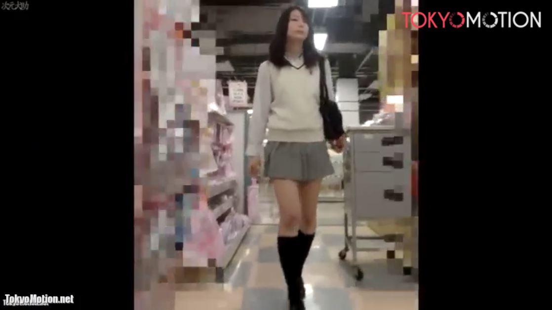 《女子校生リアル動画スカートめくり&パンティ逆さ盗撮》JKがスカートめくられてスマホフラッシュ撮影される