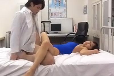 女子校生の競泳水着姿にムラムラした保健室の先生が生徒に襲い掛かる