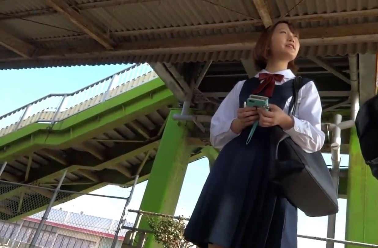 《女子校生リアルパンティ逆さ盗撮》『顔出し』『可愛い制服JKをおっかけ白パンティ撮影』