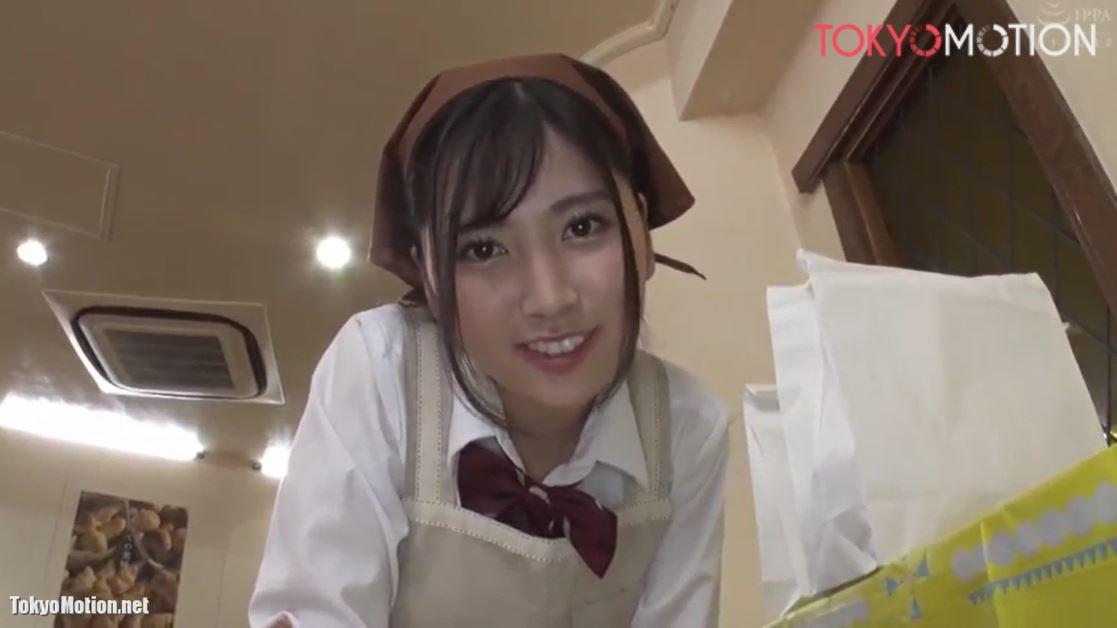 《制服のままパン屋でバイトする女子校生》わざとパンチラを見せつけるJKとHする