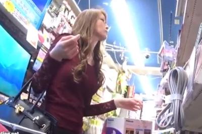 《パンチラ》可愛すぎるだろ…ド●キで見つけた金髪イケイケ派手女子校生の黒タイトミニスカートの中をカメラで盗撮♡