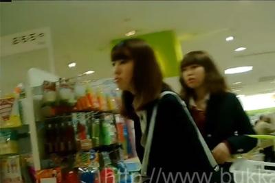 《女子校生 パンチラ盗撮》今時ルーズソックス!おしゃれ好きな美人姉妹JK、夜ご飯の買い物中に二人もろとも逆さ撮り♪