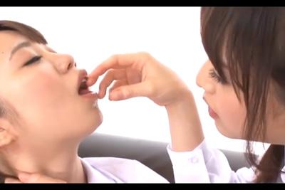 唾液フェチの女子校生が友達の口に指を突っ込みたっぷりついたよだれを舐め合うド変態レズキスプレイww