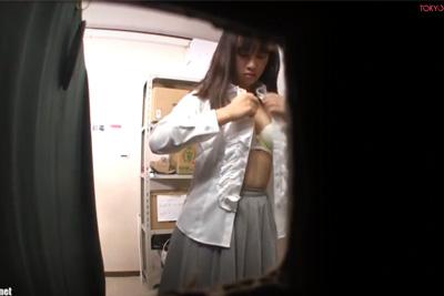 《着替え盗撮》職場の女子校生隠し撮り流出!※即削除注意※発育途中の身体がマジえろすぎww