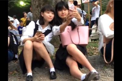 《女子校生 パンチラ盗撮》観光地は修学旅行女子校生のパンチラスポットになっている件ww