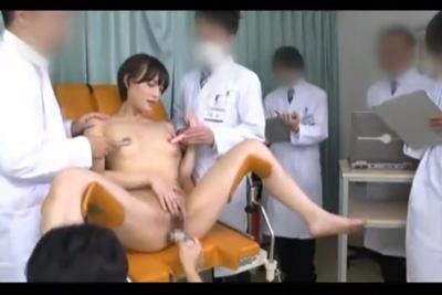 《人体実験》権威ある医者に囲まれ乳首にローター、マ●コにバイブでオーガニズムを調べる実験台になる女子校生ww