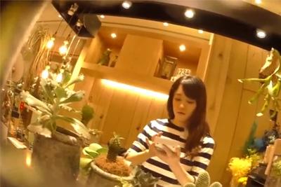 【逆さHERO】撮影者が逮〇されたガチ盗撮!花より綺麗な美人店員ワンピースにカメラ突っ込み純白パンティ逆さ撮り♪