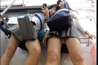《盗撮》イマドキのミニスカ女子校生二人並べて仲良くパンツ撮ったったww