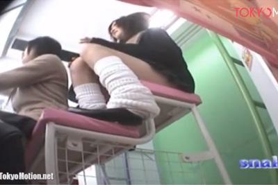 《盗撮》従業員が盗撮!清掃道具に中に隠したカメラでプリクラに夢中なルーズソックスギャル女子校生のパンツを盗撮ww