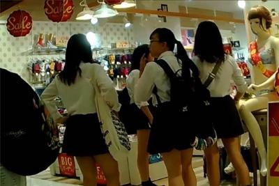 《女子校生パンチラ》女子校生集団デパートで発見!逆さ撮りカメラ持って早速一人ずつパンツの抜き打ち盗撮検査したったww