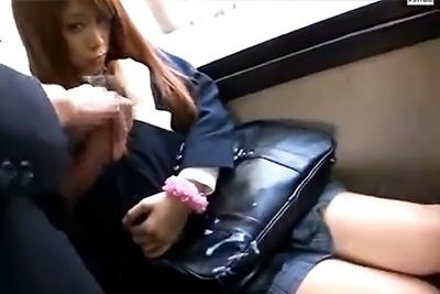 気が強そうな制服ギャル女子校生にバスの中で俺の巨チ●コを見せつけて興奮してきたところを痴漢レイプしてやった
