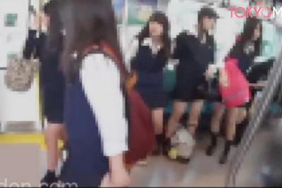 《逆さ撮り》女子校生集団電車で盗撮♪ブルマはみ出しパンツが食い込み過ぎてほぼノーパンお尻丸出しww