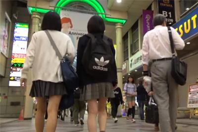 《女子校生 パンチラ》これは女子校生入学前か?ロリ系制服少女を商店街で見つけそのまま店内まで追いかけ純白パンツを逆さ撮り!!