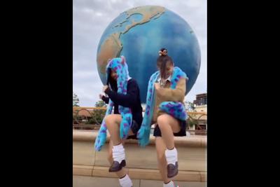《TikTok》そんなミニスカ制服で踊ったらそらパンツ見えるわww
