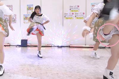【JKアイドル パンチラ】足上げダンスに見せパンの隙間からパンチラしちゃうロリ系アイドル♪ 問題のシーン0:25