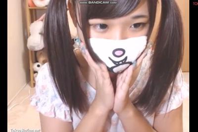 《ライブチャット》マスクをしてても可愛さが滲み出てる女の子、カメラを跨いで下乳乳首とマ●コをドアップww