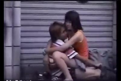 《野外発情》早朝の商店街で酔った女子校生カップル青姦H♡♡騎乗位→正常位マ●コズームでチ●ポがっつり入ってる~w