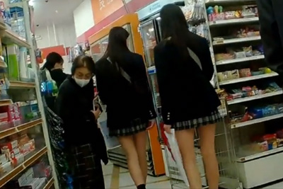《パンチラ盗撮》スタイル抜群双子女子校生発見!駅に隣接された激狭コンビニで容易に近づき姉妹仲良くパンツ逆さ撮り♡