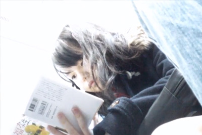 《パンツ盗撮》顔もパンツもしっかり撮影♪電車で見つけた読書好きな制服女子校生股の間にカメライン!!!