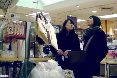 《パンチラ盗撮》雑貨屋さんで今時女子校生友達と仲良く逆さ撮り♡