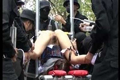 《スカトロ注意》通学中の女子校生が怪しい集団に襲われ、大量の浣腸を流し込まれ大量噴射してしまう!ww <強姦 レイプ>