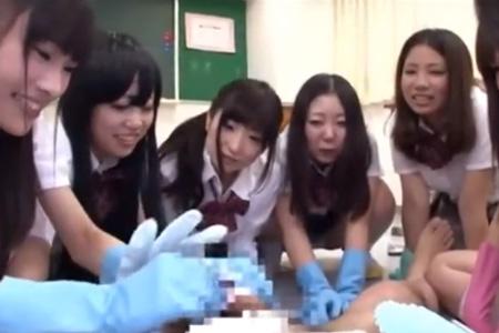包茎チ●ポが原因でいじられる僕・・。クラスの女子全員が手袋はめて僕のチ●ポを見たりいじったりした結果・・。