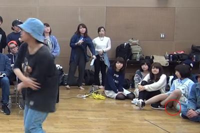 【Youtube パンチラ】体育座りでダンスを見るJKちゃんのパンツが映っちゃってるんだがww 問題のシーン1:25