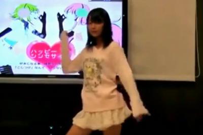 【踊ってみた パンチラ】めちゃカワJKがミニスカでくるっと回転→お尻に張り付く純白パンツが見えちゃった♡