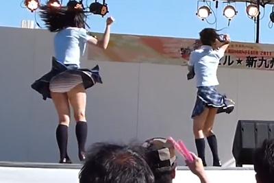 【アイドル パンチラ】ファンの目の前でシマパン大露出してしまったJKアイドルwww何人におかずにされた事やらww 問題のシーン1:28