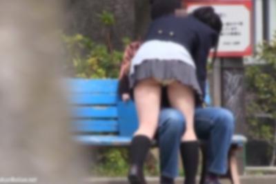 《野外発情》女子校生彼女手マンでイクww白昼の公園でいちゃつく学生カップル盗撮♡