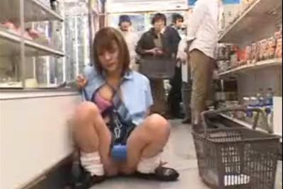 バイト先で強制電マ装置をつけられたギャル女子校生が潮吹きアクメで床びしょびしょww
