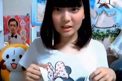 《ニコ生神回!》黒髪ロリ美少女がTシャツたくしあげてブラを披露!隠れ巨乳があらわにwww