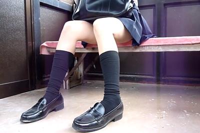 《盗撮》電車の待合い室で向かいに座った女子校生をすかさず盗撮!ニーハイミニスカとか勃起させにきてるとしか思えんww