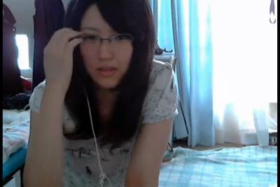 《ライブチャット》眼鏡取ったらめちゃ美人!ゆるゆる胸元前かがみで乳首がポロリ♡